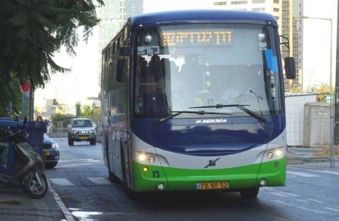 Conductor de autobús que huyó de una parada donde esperaba un niño haredí en silla de ruedas fue demandado por $ 18,000