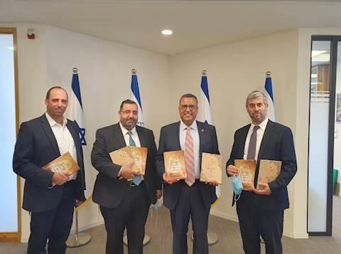 El alcalde de Jerusalem les da Sefarim a los niños haredim para ayudarlos con el inicio de la Yeshivá