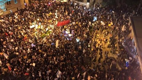 Miles de personas se unen a las protestas contra el gobierno en Jerusalem