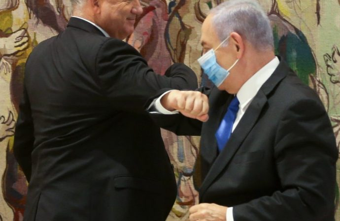 Netanyahu y Gantz chocan durante la reunión del gabinete de Corona
