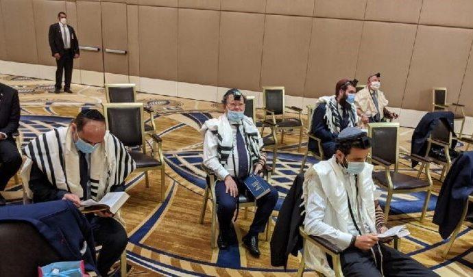 Delegación israelí en Abu Dhabi reza Shajarit con la comunidad judía local