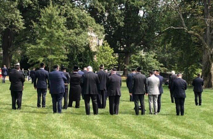Minián grande para Minjá en el césped de la Casa Blanca