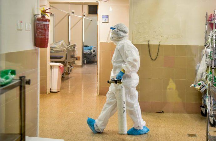 Escuelas cierran a medida que las nuevas infecciones superan las 5.500