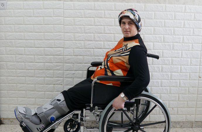 Una lesión la dejó en silla de ruedas y necesita ayuda para realizarse una cirugía