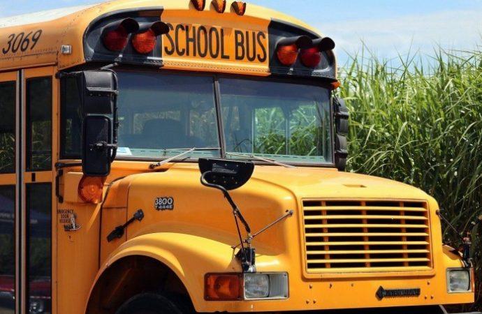 Hombre con cuchillo enfurecido intenta alcanzar a niños judíos en autobús escolar de Brooklyn