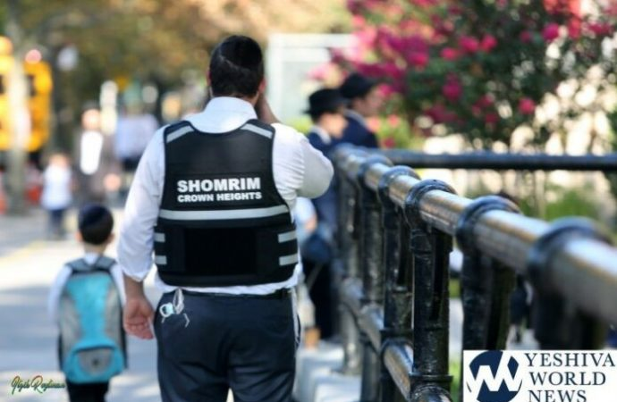 Shomrim de Crown Heights vestidos con chalecos a prueba de balas mientras los niños caminan a la escuela