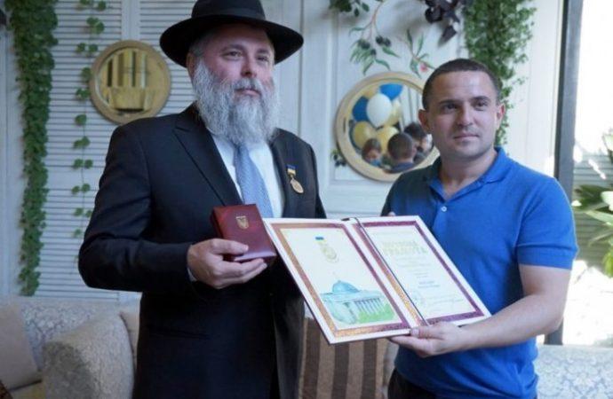 Por primera vez en la historia del Parlamento de Ucrania, el rabino recibió la medalla de honor
