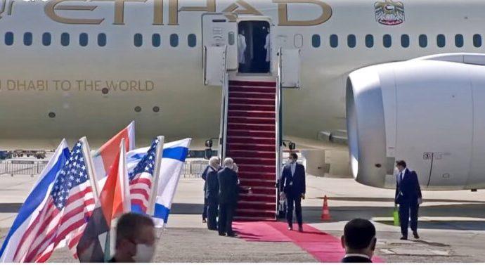 La delegación de los Emiratos Árabes Unidos aterriza en Israel y firma el primer acuerdo de exención de visa de Israel con el Estado árabe
