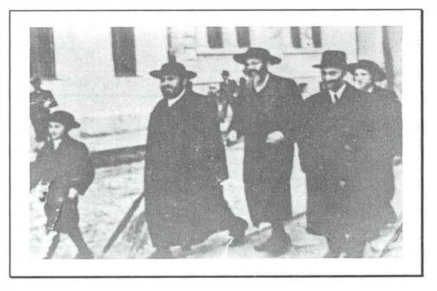 Una yeshivá jasídica anterior a la Segunda Guerra Mundial, con clases de tejido