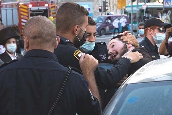 La policía israelí ataca con violencia a adultos y niños en barrios haredi