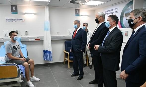 Los primeros voluntarios de Israel para el ensayo humano COVID reciben una vacuna