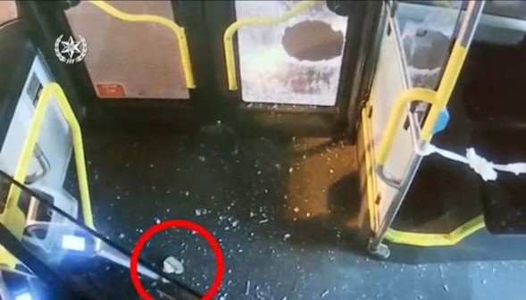 Los árabes de Jaffa arrojaron piedras al autobús y los pasajeros resultaron heridos