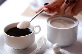 ¿Se puede agregar azúcar al té caliente en Shabat?