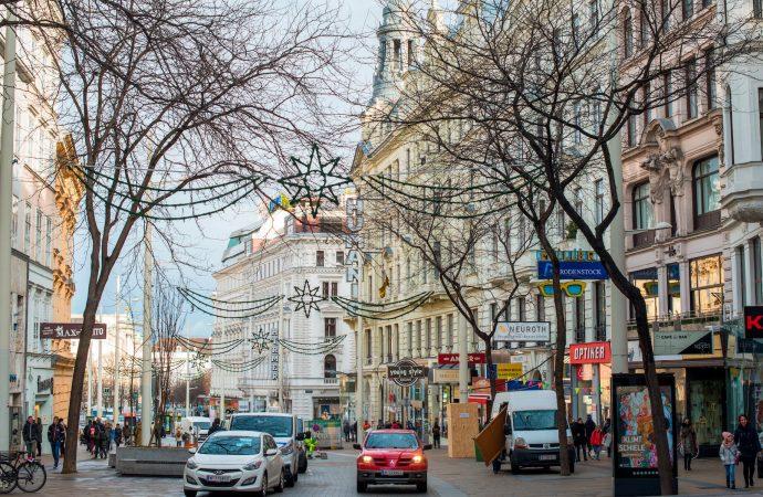 """Video muestra a dos hombres robando pantalones a una víctima a la que llaman """"judía"""" en Viena"""
