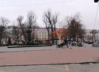 Ultranacionalista ucraniano derriba la Menorá de Janucá de Kiev