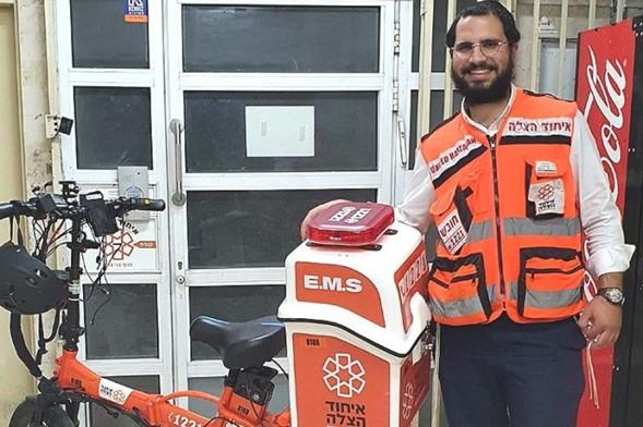 Voluntario de EMT se encuentra con su futura esposa momentos después de resucitar a un anciano