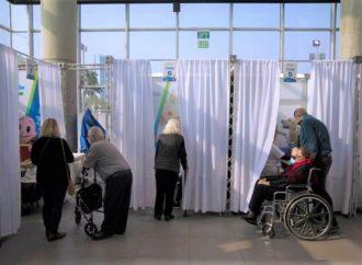 Ministro de Transporte Uri Maklev culpa a la profanación de Shabat por la demora en la vacunación
