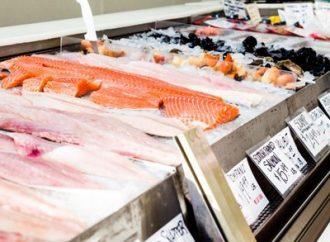 ¿Se puede comprar pescado en una tienda sin certificación kosher?