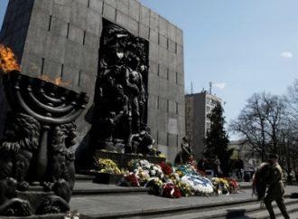 """<strong>Aniversario.</strong> Levantamiento 'heroico"""" del gueto de Varsovia recordado con historias personales y flores simbólicas"""