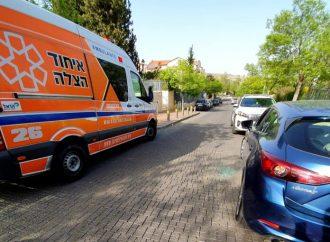 Equipo de ambulancia rescata a una niña atrapada en un auto caliente