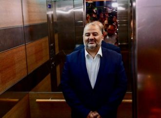"""En árabe, Mansour Abbas promete """"devolver las tierras apropiadas a nuestra gente"""""""