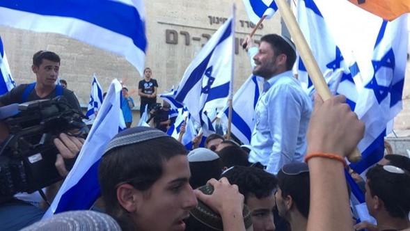5.000 alegres manifestantes de danza de la bandera de Jerusalem en la puerta de Damasco