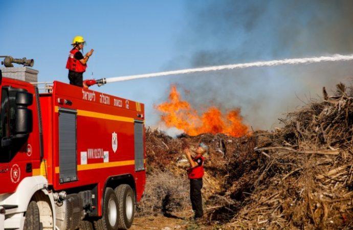Huertos de frutas, campos de trigo y bosques arden después de los ataques incendiarios de hoy en Gaza