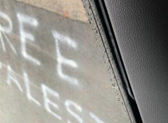 Padres y niños sorprendidos por el eslogan de 'Palestina libre' pintado en la entrada de una escuela judía en Australia