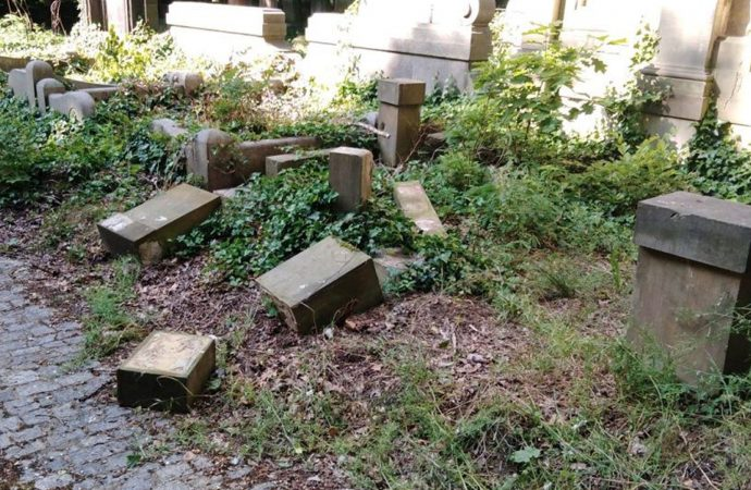 Escolares polacos destruyeron decenas de lápidas judías