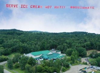 """El Consejo Israelí-Estadounidense """"visita"""" a Ben & Jerry's con un cartel: """"Sirva helado, no odio"""""""