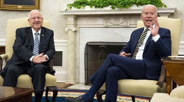 Biden se arrodilla ante la asesora ortodoxa del presidente de Israel después de enterarse de que tiene 12 hijos