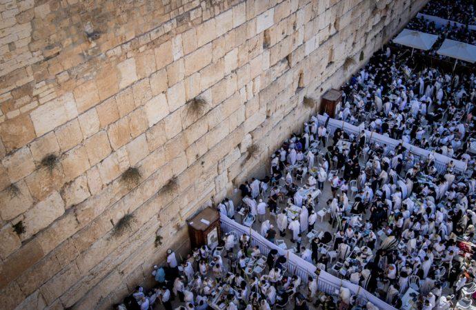 Miles de personas se reúnen para Birkat Kohanim en el Kotel en el primer día de Jol Hamoed