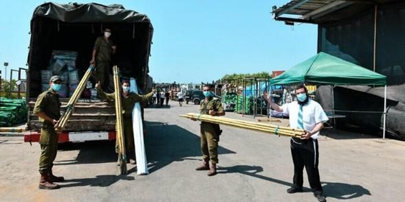 Mayores y viudas israelíes reciben paquetes de comida y ayuda a construir Sucá