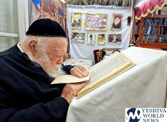 Foto del día: Rab Kanievsky estudiando en su Sucá