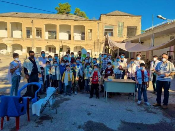 Shiraz, Irán: Sacudiendo el Lulav en un minian al aire libre seguro para COVID