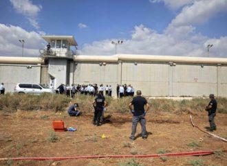 Prisioneros árabes se amotinan y prenden fuego en las celdas mientras continúa la persecución de los fugitivos
