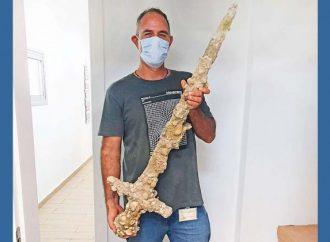Buzo descubre una espada cruzada de 900 años frente a la playa de Haifa