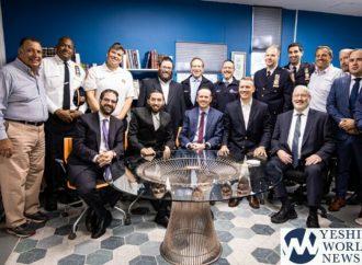 El comisionado de la policía de Nueva York visita la Ieshivá de Flatbush para anunciar el arresto por delitos de odio